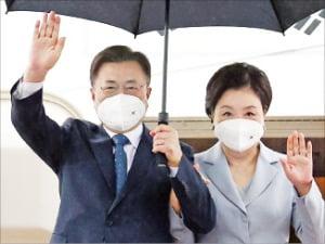 문재인 대통령과 김정숙 여사가 18일 유럽 순방을 마치고 서울공항에 도착해 손을 흔들고 있다.  /연합뉴스