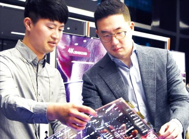 2018년 9월 서울 마곡동 LG사이언스파크를 방문한 구광모 LG그룹 회장이 '휘어지는 OLED(유기발광다이오드)'의 개발 상황을 점검하고 있다.  LG  제공