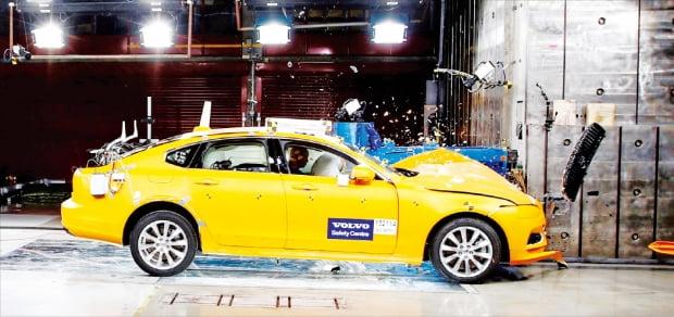 볼보자동차의 세이프티 센터 충돌 테스트 실험 장면