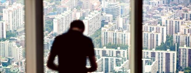 더불어민주당이 공시가 상위 2%에 대해 종합부동산세를 매기는 방안을 확정했다. 매년 과세 대상이 바뀌어 납세자 혼란이 있을 것이란 지적이 제기된다. 서울 잠실 롯데월드타워에서 바라본 강남 일대 아파트 단지.  연합뉴스