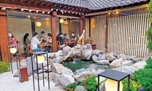가게 중앙에 야외 정원과 노천을 구현한 서울 익선동의 '온천집'에서 지난 17일 손님들이 식사를 하고 있다.