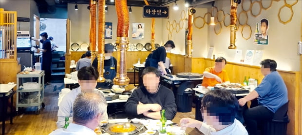 서울 목동의 숯불닭갈비 전문점 팔각도에서 손님들이 식사를 하고 있다.
