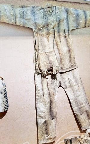 봉강시 박물관에 전시된 혁철족의 어피옷