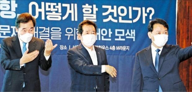 < 연대 과시 > 더불어민주당 대선 후보들이 22일 서울 여의도 마리나컨벤션센터에서 열린 도심공항 관련 공동토론회에서 나란히 서 있다. 왼쪽부터 이낙연 전 대표, 정세균 전 국무총리, 이광재 의원.   김병언 기자