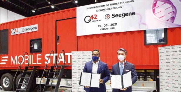 박지훈 씨젠 중동법인장(오른쪽)과 아시시 코쉬 G42헬스케어 대표가 21일(현지시간) UAE 두바이에서 중동과 북아프리카 시장 진출을 위한 업무 협약을 맺고 있다.    씨젠 제공