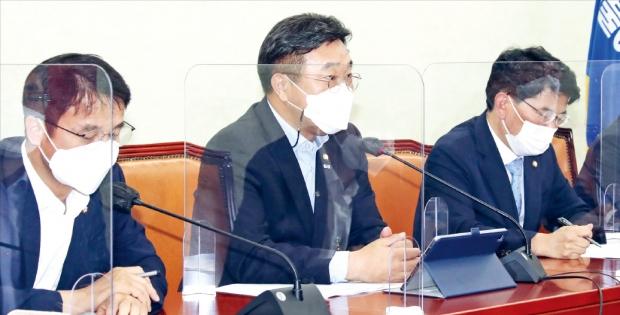 윤호중 더불어민주당 원내대표(가운데)가 22일 국회에서 열린 원내대책회의에서 발언하고 있다.   김병언 기자