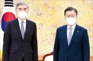 문재인 대통령이 22일 청와대에서 성 김 미국 국무부 대북특별대표를 만나 사진촬영을 하고 있다.   허문찬 기자