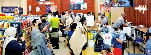 이마트24가 지난 22일 말레이시아 쿠알라룸푸르에 문을 연 해외 1호 편의점이 현지인으로 붐비고 있다.  /이마트24 제공
