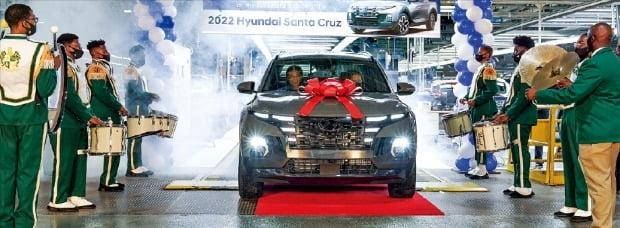 < 사전계약 돌풍…美 싼타크루즈 첫 출고 > 현대자동차 미국 앨라배마공장 직원들이 22일(현지시간) 픽업트럭 싼타크루즈 1호차 출고를 축하하고 있다. 싼타크루즈는 사전계약을 통해서만 약 1만5000대가 판매된 것으로 알려졌다. 올해 계획 생산량(3만여 대)의 절반에 해당하는 규모다.  /현대차 제공