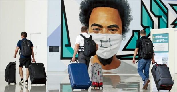 '슈퍼 감염 변종'으로 불리는 인도발(發) 델타 코로나19 변이 바이러스가 국내에서도 확산하고 있다. 23일 인천국제공항에서 해외 출국자들이 수속장으로 향하고 있다.     /연합뉴스