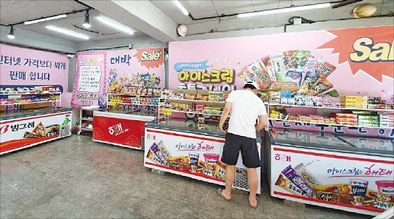 주변에 자취 대학생 등 1인 가구와 유동인구가 많은 서울 망원동 일대는 다양한 형태의 무인점포가 모여 있는 대표적 지역 중 하나다. '망리단길'을 포함해 직선거리로 이어지는 포은로 약 1.5㎞ 거리에만 무인점포 19개가 자리잡고 있다. 사진 왼쪽부터 무인 아이스크림 가게, 빨래방, 펫숍.  최다은 기자