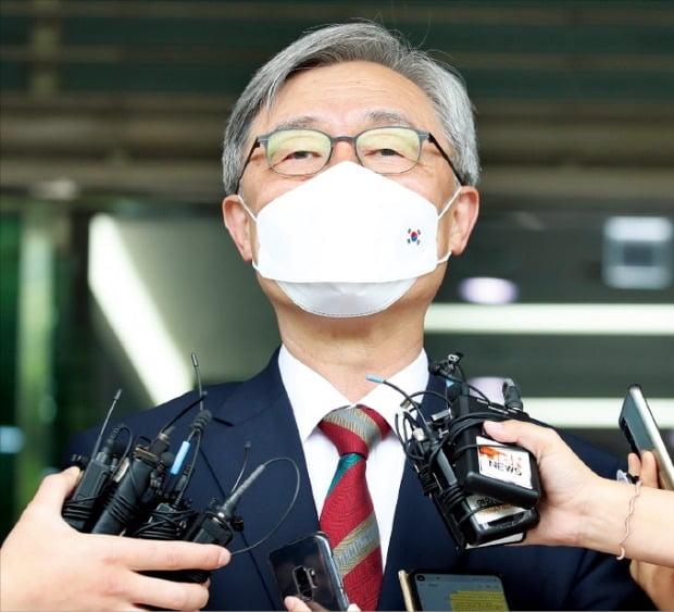 최재형 감사원장이 28일 서울 삼청동 감사원으로 출근하는 길에 기자들과 만나 감사원장직에서 물러나겠다고 밝히고 있다.   뉴스1