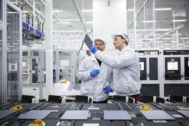 (사진) 충북 진천의 한화큐셀 공장에서 연구원들이 원자재 품질 공정을 지켜보고 있다. /한화솔루션 제공