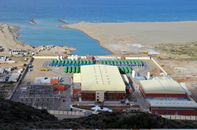 (사진) GS이니마가 2011년 상업 운전을 시작해 하루 20만 톤 규모의 담수를 생산·판매 중인 알제리 모스타가넴 해수 담수화 플랜트. /GS건설 제공