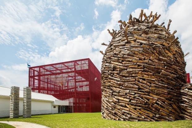 영월문화관광 대표 명소인 '젊은달 와이파크'. 기존 술샘박물관을 재생공간으로 활용해 재탄생시킨 곳으로 다양한 현대미술 작품과 박물관, 공방이 합쳐진 복합예술공간이다
