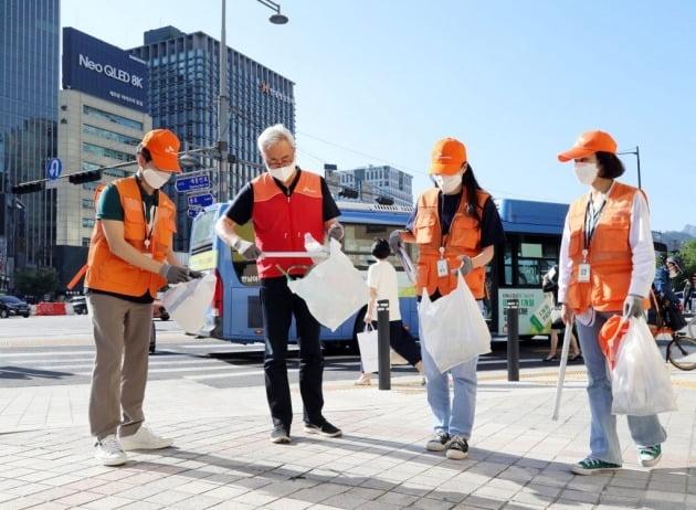 김준 SK이노베이션 총괄사장(왼쪽에서 두번째)이 6월 4일 서울 종로구 광화문 일대에서 구성원들과 함께 친환경 캠페인을 진행하고 있다. /SK이노베이션 제공