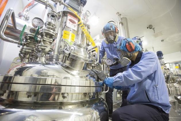 (사진) 경기 안산의 에스티팜 반월공장 직원들이 원료 의약품 생산 시설을 점검하고 있다. /동아쏘시오홀딩스 제공