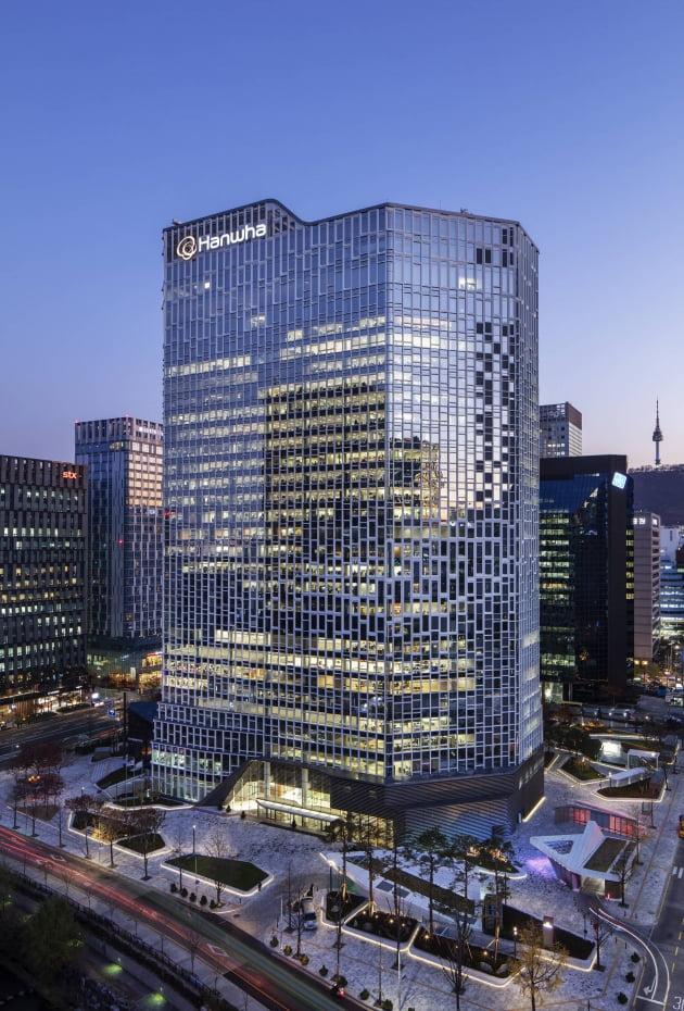 (사진) 사용 전력의 일부를 태양광 발전으로 대체하는 서울 중구 장교동 한화빌딩. /(주)한화 제공