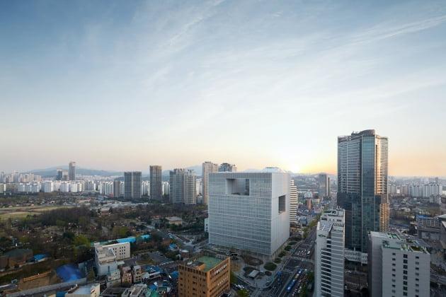 (사진) 태양광 발전으로 사용 전력의 일부를 충당하는 서울 용산구 한강로2가 아모레퍼시픽 본사. /아모레퍼시픽 제공