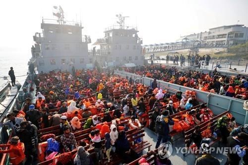 """외딴섬 이주 로힝야족 수천명 """"돈과 직업 달라"""" 시위"""