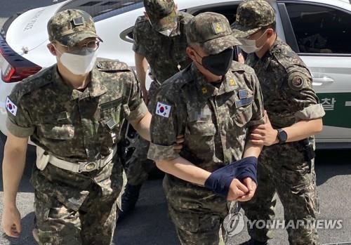 '女중사 2차가해' 상사·준위 영장심사 출석…오늘밤 구속결정(종합2보)