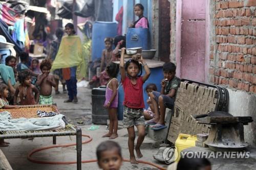 엄마 시신 직접 파묻는 아이들…인도 코로나로 고아 수천명