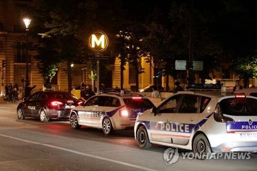 느슨해진 프랑스…SNS로 조직한 '노마스크' 파티에 1천여명 운집