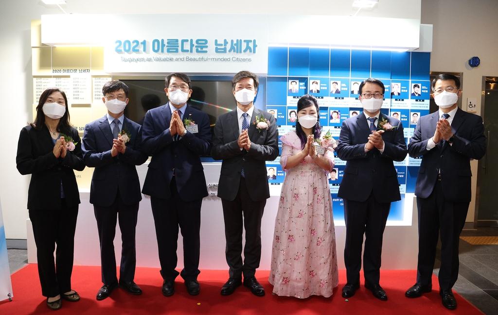 이승연 삼천포서울병원 이사장 등 아름다운납세자 홍보관 제막