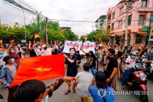 미얀마 군부에 체포된 美언론인 석 달만에 석방…1명은 아직