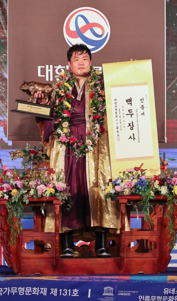 백두장사 김진, 단오씨름대회 2년 연속 제패