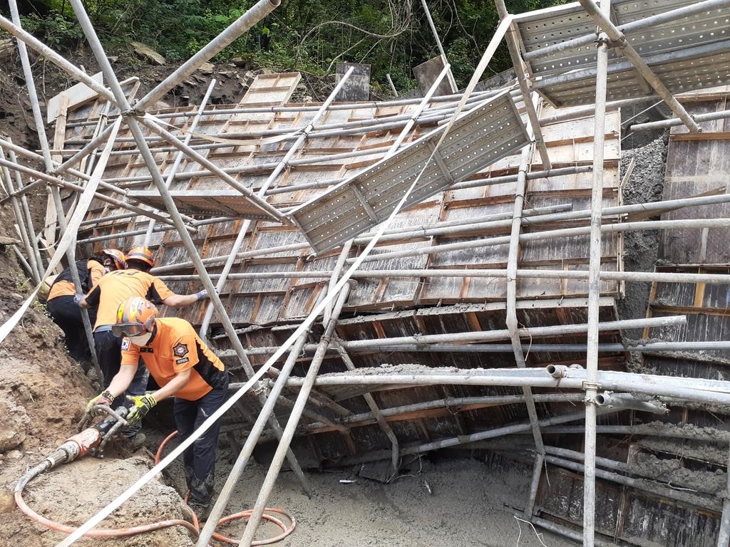 충주 사방댐 공사장 거푸집 붕괴…근로자 3명 중경상(종합)