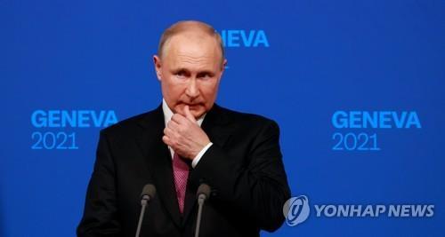 """바이든, 회담 뒤 엄지척…의회난입 꺼내든 푸틴엔 """"웃기는 비교"""""""