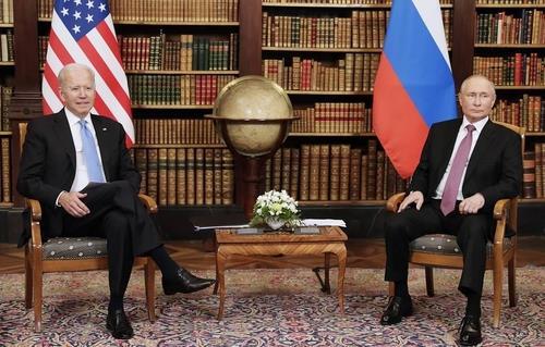 일찍 끝난 미러회담…'지각대장' 푸틴 먼저 도착·바이든 엄지척(종합)