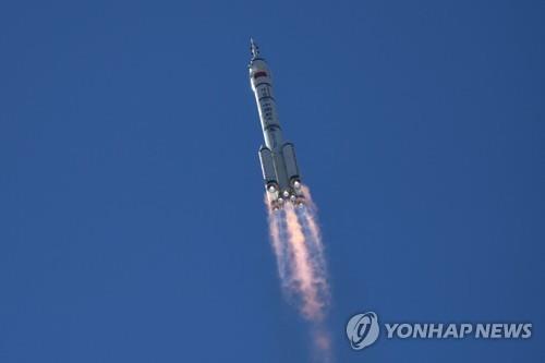 [사진톡톡] '오성홍기 출정식' 갖고 우주로 날아간 선저우 12호