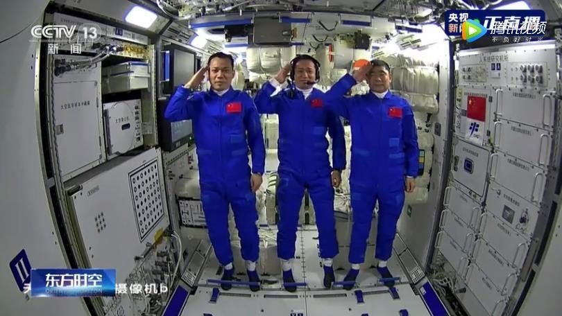 中 우주인들 우주정거장 모듈 진입 생중계…각국도 축하