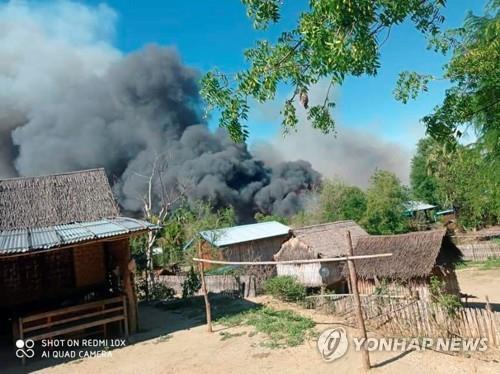 """""""미얀마군, 마을 방화"""" vs """"반군, 양민 학살""""…유엔, 우려 표명"""