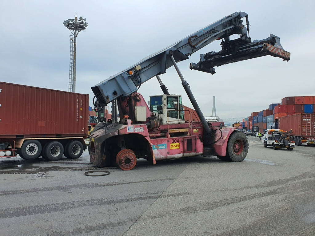 부산항 하역장비에서 빠진 대형바퀴, 컨 차량과 충돌…1명 부상