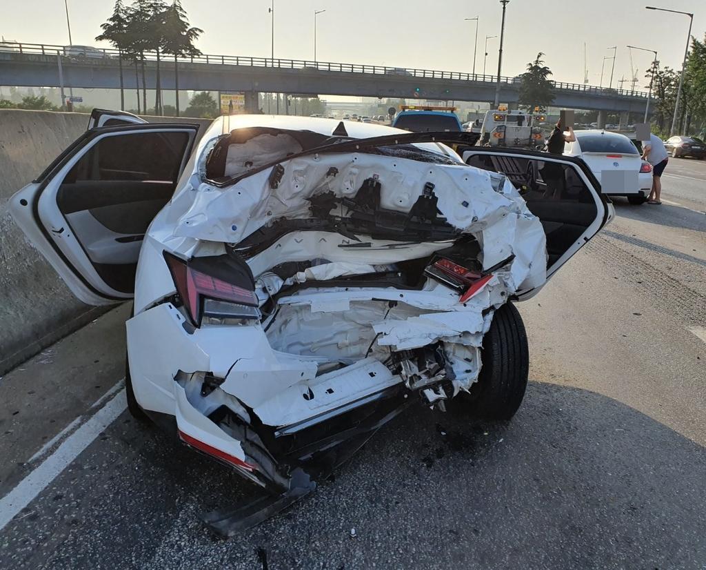 인천 제2경인고속도로서 차량 3대 추돌…3명 부상