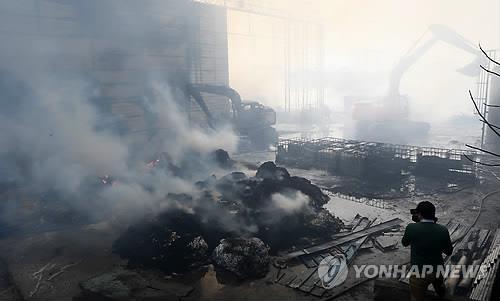 군산 폐기물처리업체서 불…2시간 만에 큰 불길 잡혀