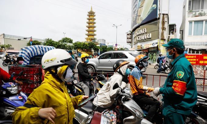 베트남 호찌민, 코로나 확산에 택시·버스 운행 중단