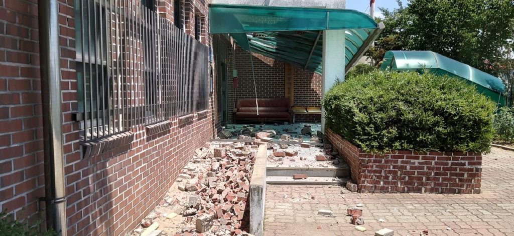 평택시 지역아동센터 건물 외벽 마감재 붕괴…인명피해 없어