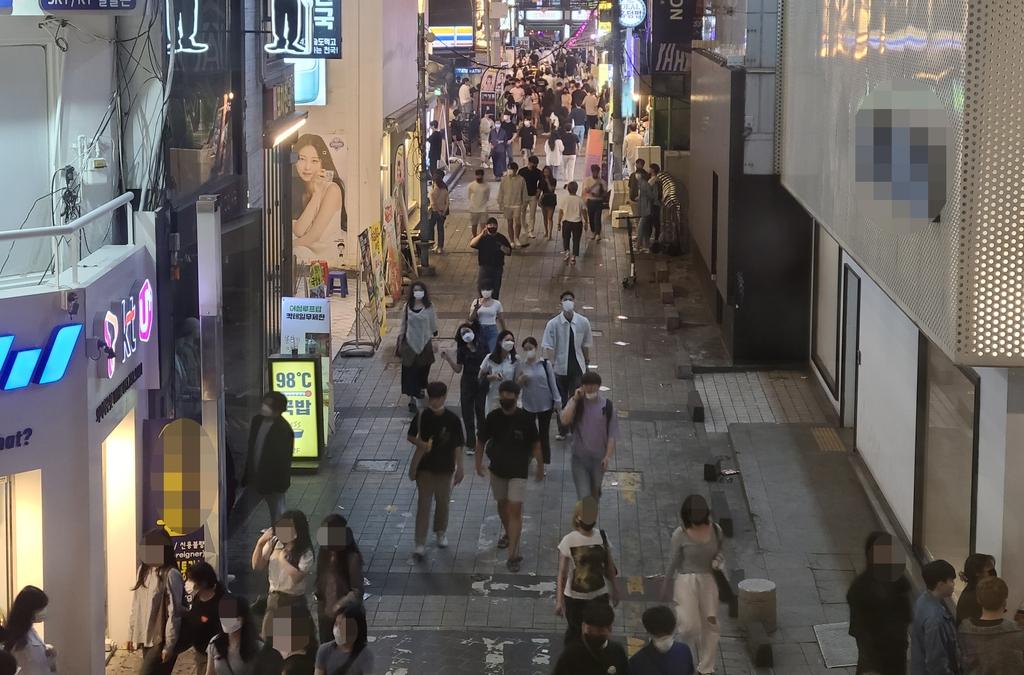 """""""차라리 안 풀었으면""""…급격한 방역완화에 업주도 시민도 '불안'"""