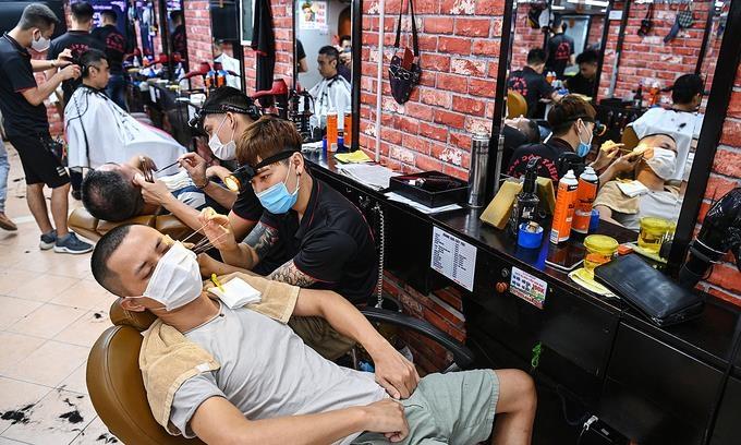 베트남 수도 하노이 코로나 진정세에 식당·이발소 영업 재개