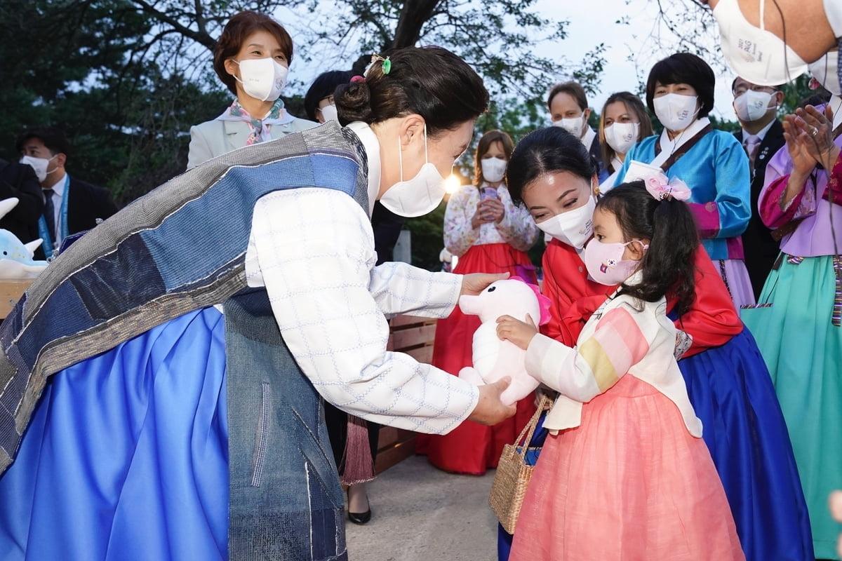 김 여사는 31일 저녁 서울시 종로구 경복궁 경회루를 찾아 `새활용 의류전`을 관람했다. (청와대 제공)