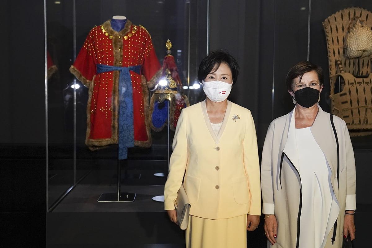 김정숙 여사와 슈미다우어 여사가 현지시간 14일 비엔나 미술사박물관에서 '조선 왕자의 투구와 갑옷'을 관람했다. (청와대 제공)