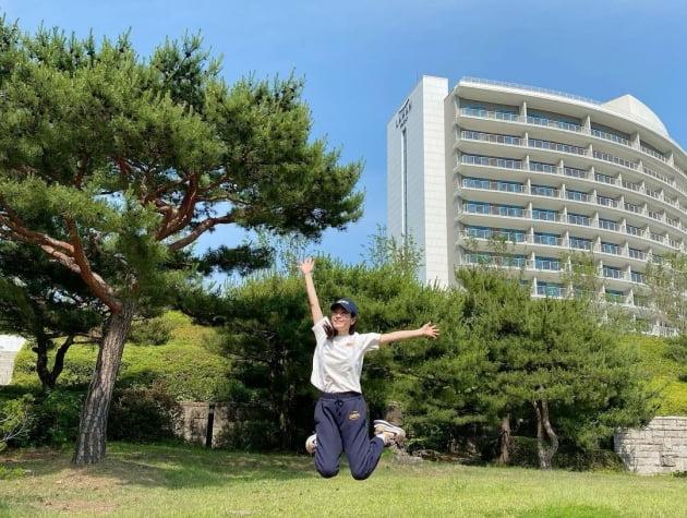 """한지민, 호텔은 안보다 밖이지! 경주서 """"힐링 타임"""" [TEN★]"""