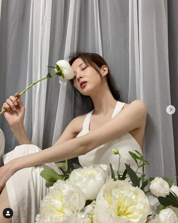 서현, 꽃송이보다 작은 소멸직전 얼굴...순백 드레스를 압도하는 청순美[TEN★]