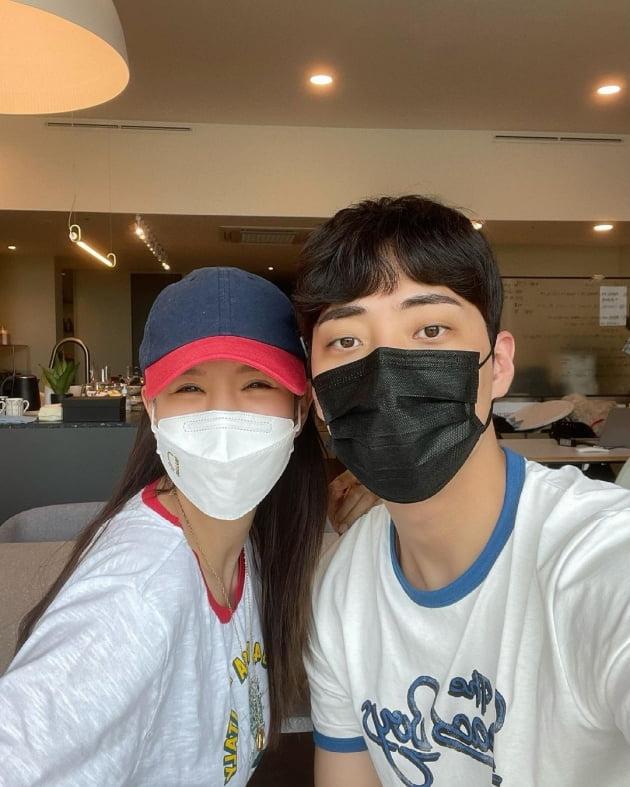 """'애프터스쿨' 정아, ♥정창영 외조에 눈웃음  """"휴가 끝나면 난 우짤꼬"""" [TEN★]"""