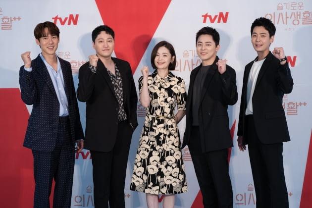 배우 유연석(왼쪽부터), 김대명, 전미도, 조정석, 정경호가 10일 오후 온라인 생중계된 tvN 새 목요드라마 '슬기로운 의사생활 시즌2'(이하 '슬의생2') 제작발표회에 참석했다. /사진제공=tvN
