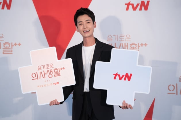 정경호는 '슬의생2'에서 까칠한 흉부외과 교수 김준완으로 분한다. /사진제공=tvN